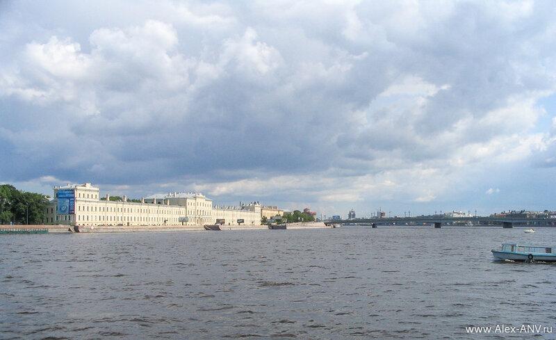 Здание клиник военно-медицинской академии на Пироговской набережной. Справа - Литейный мост