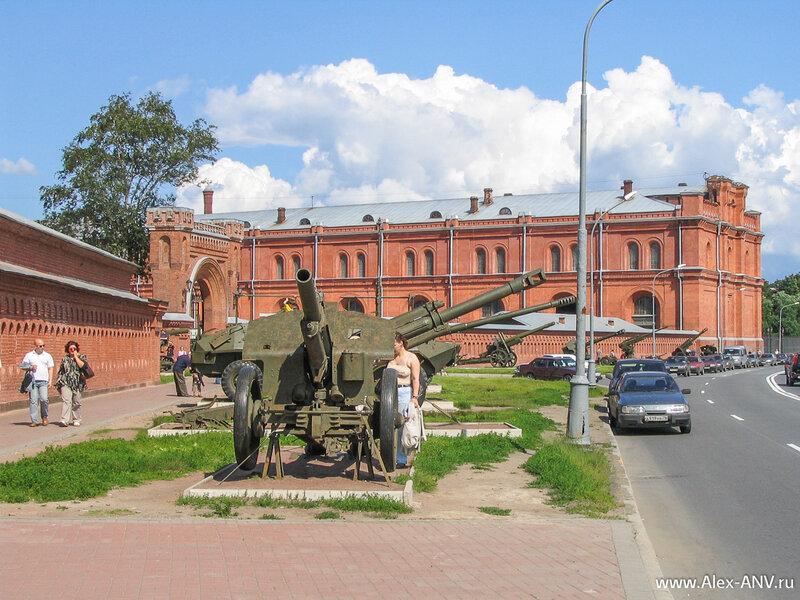 На улице перед музеем установлены орудия, на радость ребятишкам