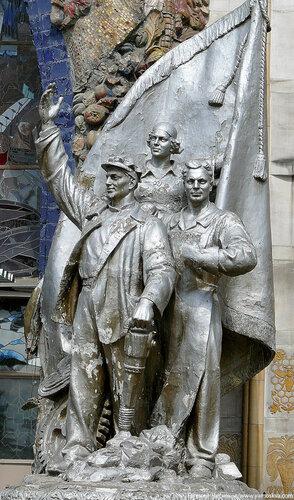 05. ВДНХ. Павильон Украина. Скульптура 2. 23.06.07..JPG