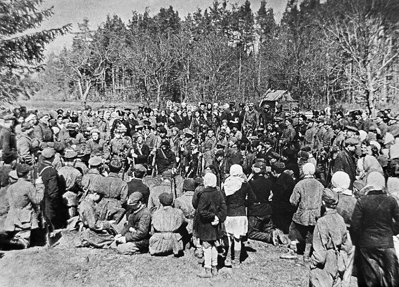 21-Брянская обл., 1942. Партизаны и местные жители слушают доклад представителя «большой земли» о положении на фронтах.jpg