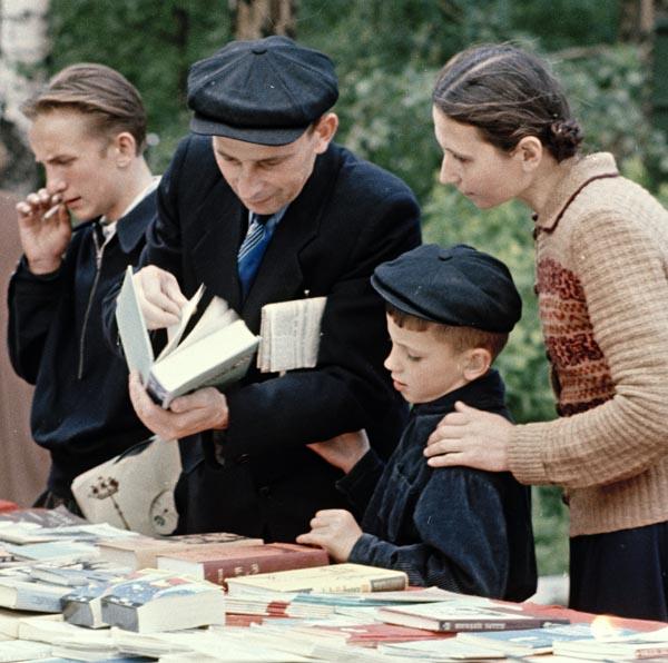 Архангельск. Уличная торговля книгами (1958) 1 фр 600.jpg