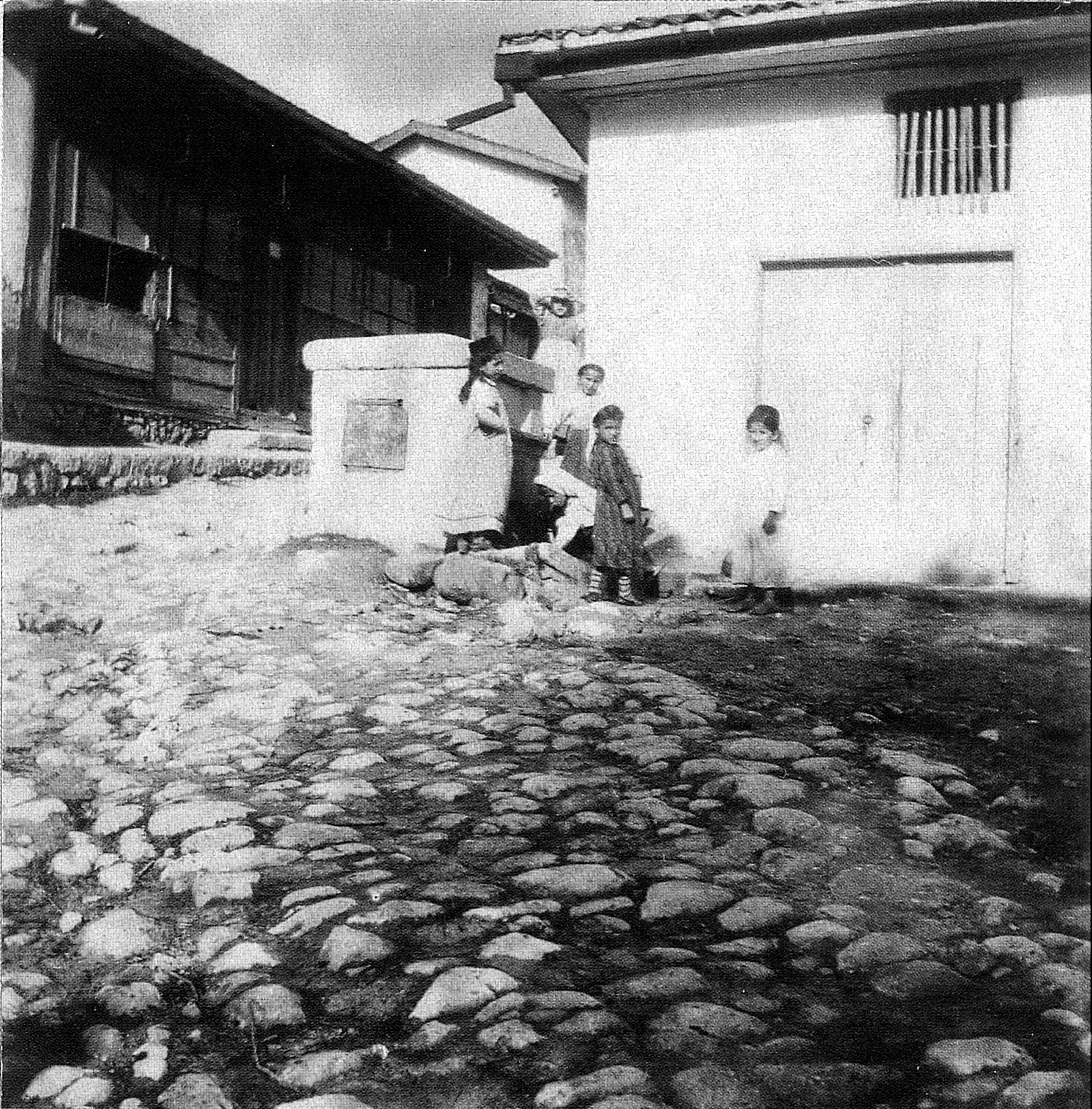 Дети у фонтана рядом с бакалейной лавкой Дегерменджи