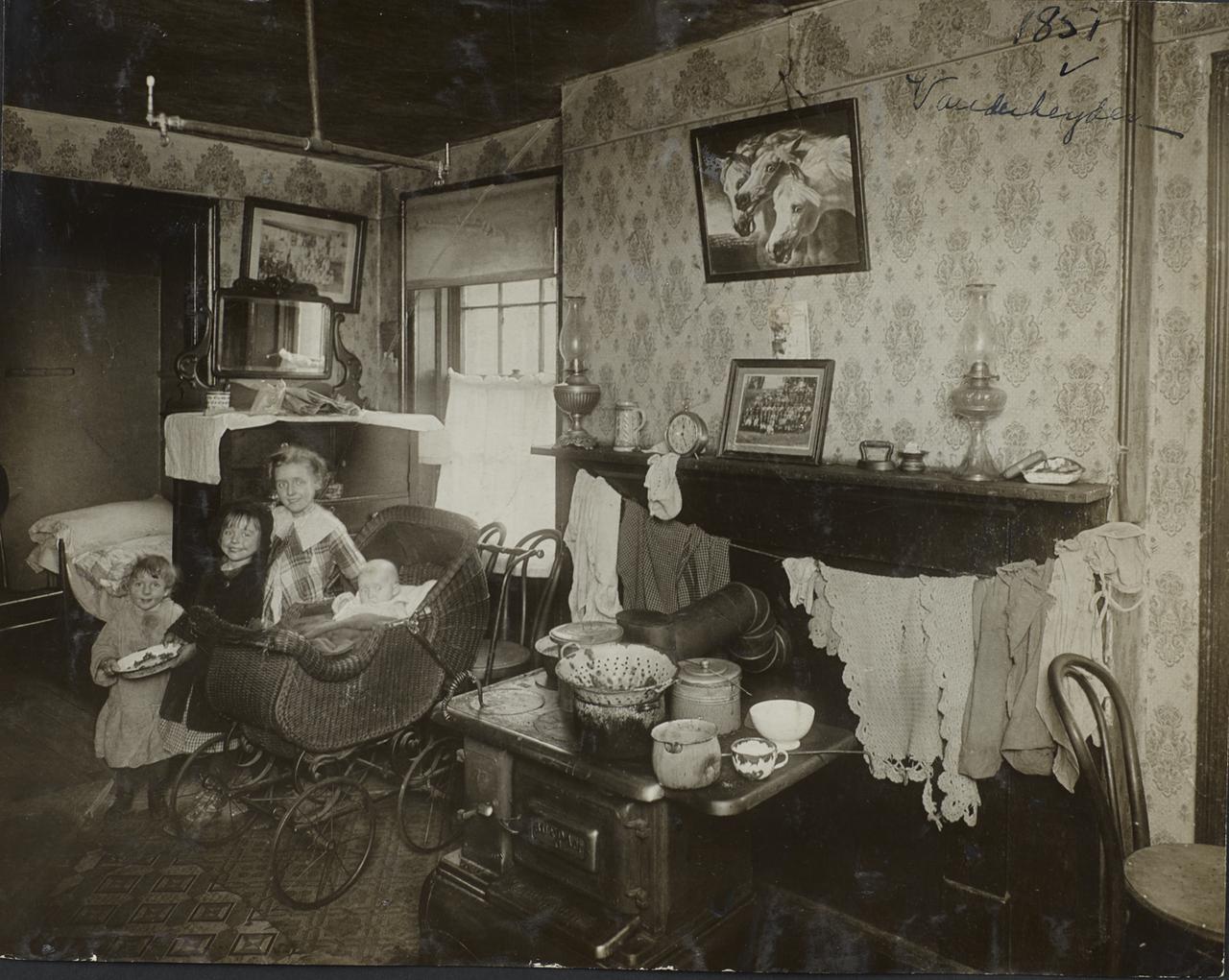 Четверо детей в квартире доходного дома