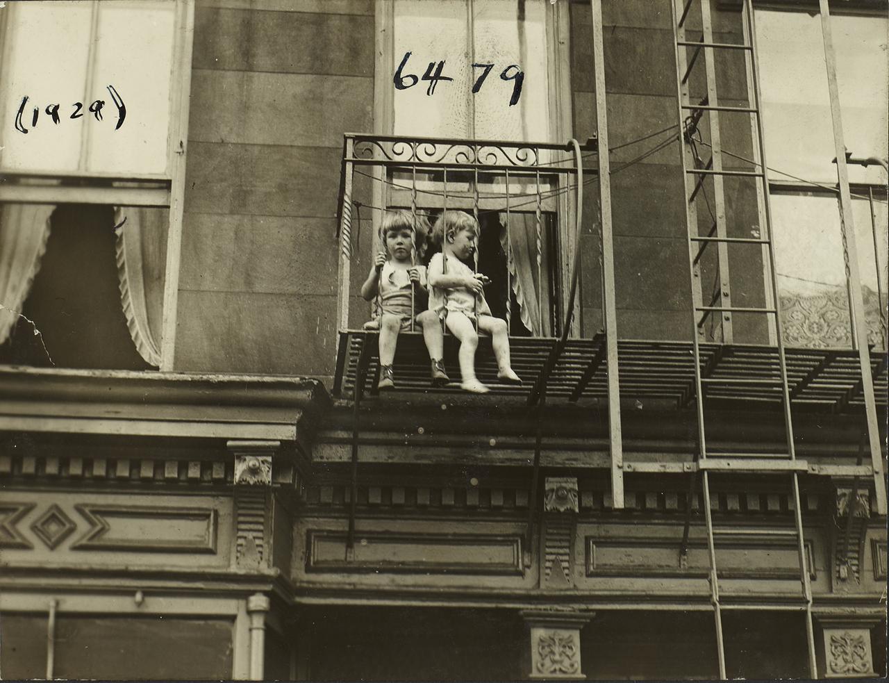 Дети на пожарной лестнице
