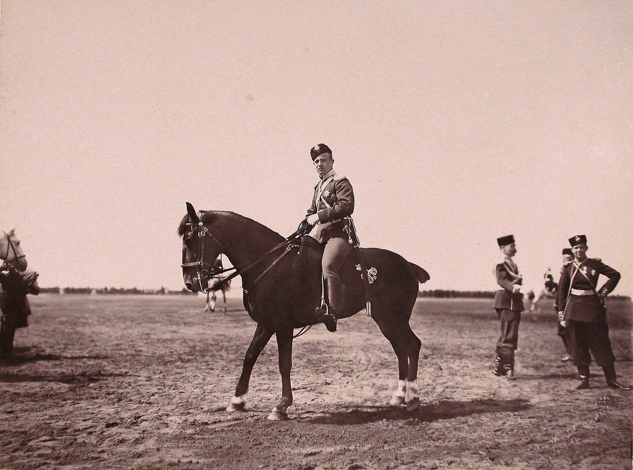 Великий князь Борис Владимирович (на коне) перед началом парада на Ходынском поле в дни празднования коронационных торжеств; справа - великий князь Андрей Владимирович