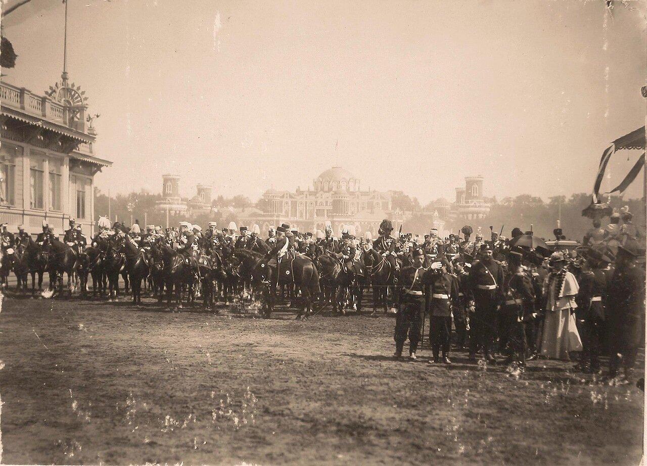 Высшие офицерские чины, представители иностранных делегаций, приглашённых на торжества коронации, перед началом парада на Ходынском поле; на втором плане - Петровский путевой (подъездной) дворец.