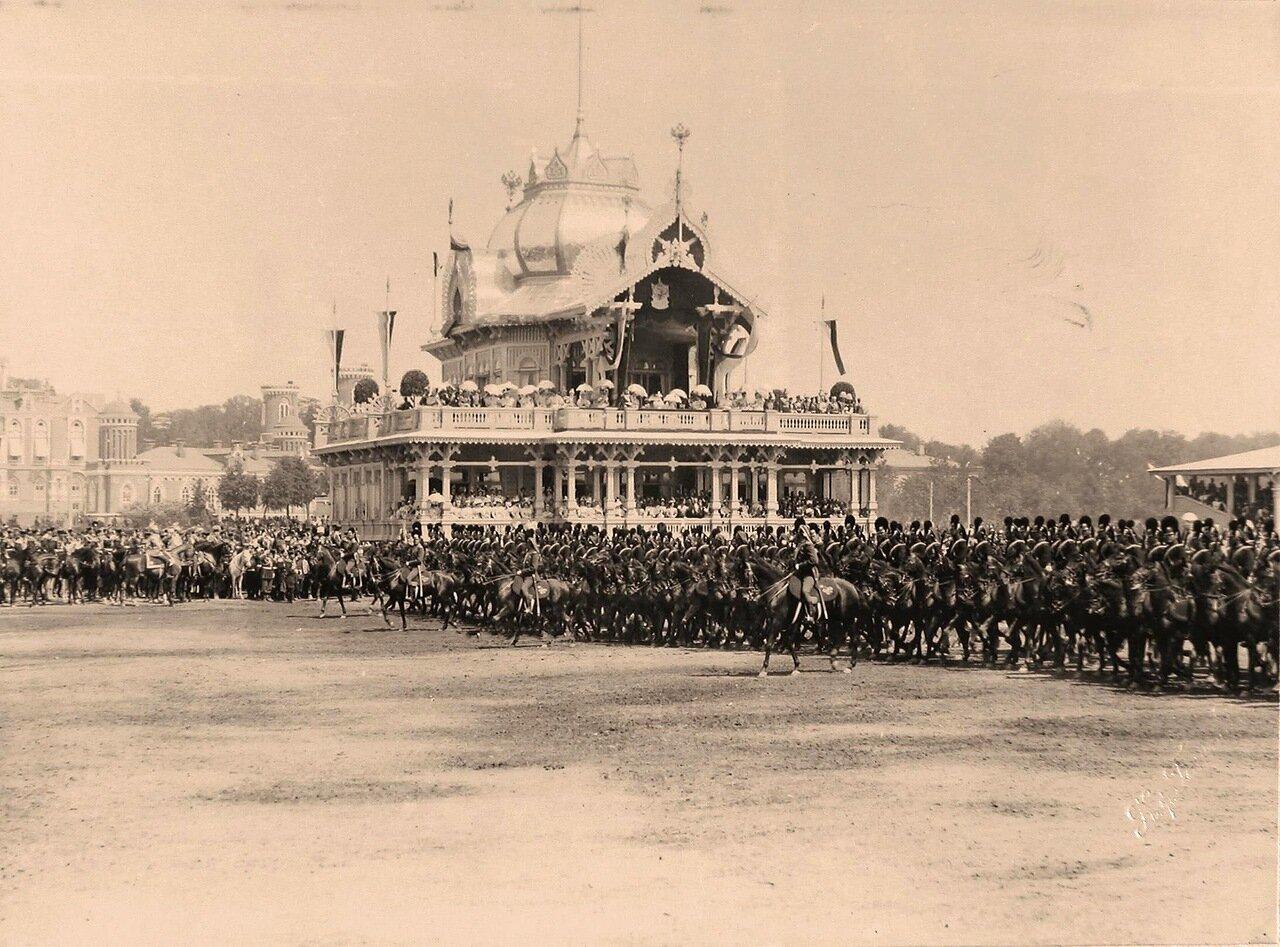 Прохождение драгунского полка церемониальным маршем во время парада на Ходынском поле мимо императорского павильона