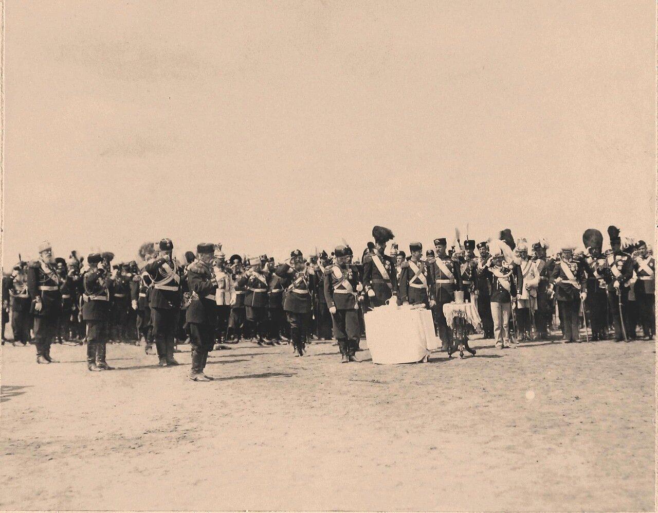 Участники парада, гости, приглашённые на торжества коронации, на Ходынском поле; у стола слева - император Николай II, в центре - наследный крон-принц Швеции и Норвегии Густав