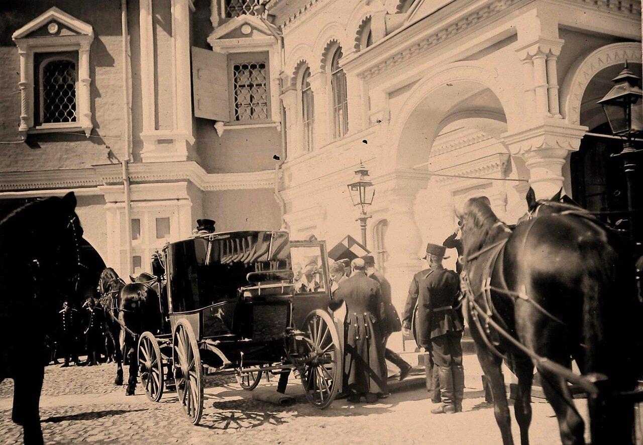 Члены императорской фамилии направляются к карете (у Чудова монастыря в Кремле) в дни коронационных торжеств