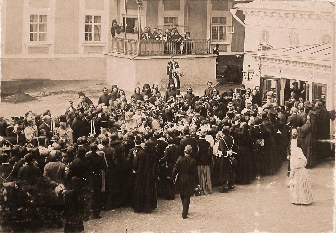 Местные жители, священнослужители Троице-Сергиевой лавры приветствуют императора Николая II, вдовствующую императрицу Марию Федоровну, членов императорской фамилии, следующих за митрополитом Московским и Коломенским