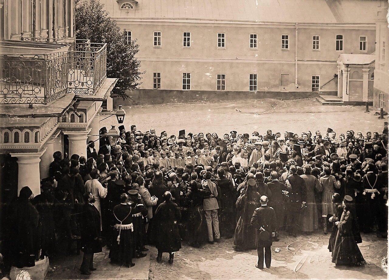 Местные жители, священнослужители Троице-Сергиевой лавры приветствуют императора Николая II, императрицу Александру Федоровну, вдовствующую императрицу Марию Федоровну, великого князя Сергея Александровича