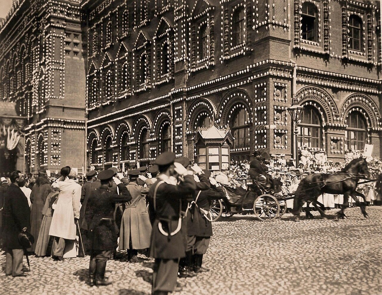 Горожане на Воскресенской площади приветствуют императора Николая II и императрицу Александру Фёдоровну (в экипаже), прибывших в Городскую думу