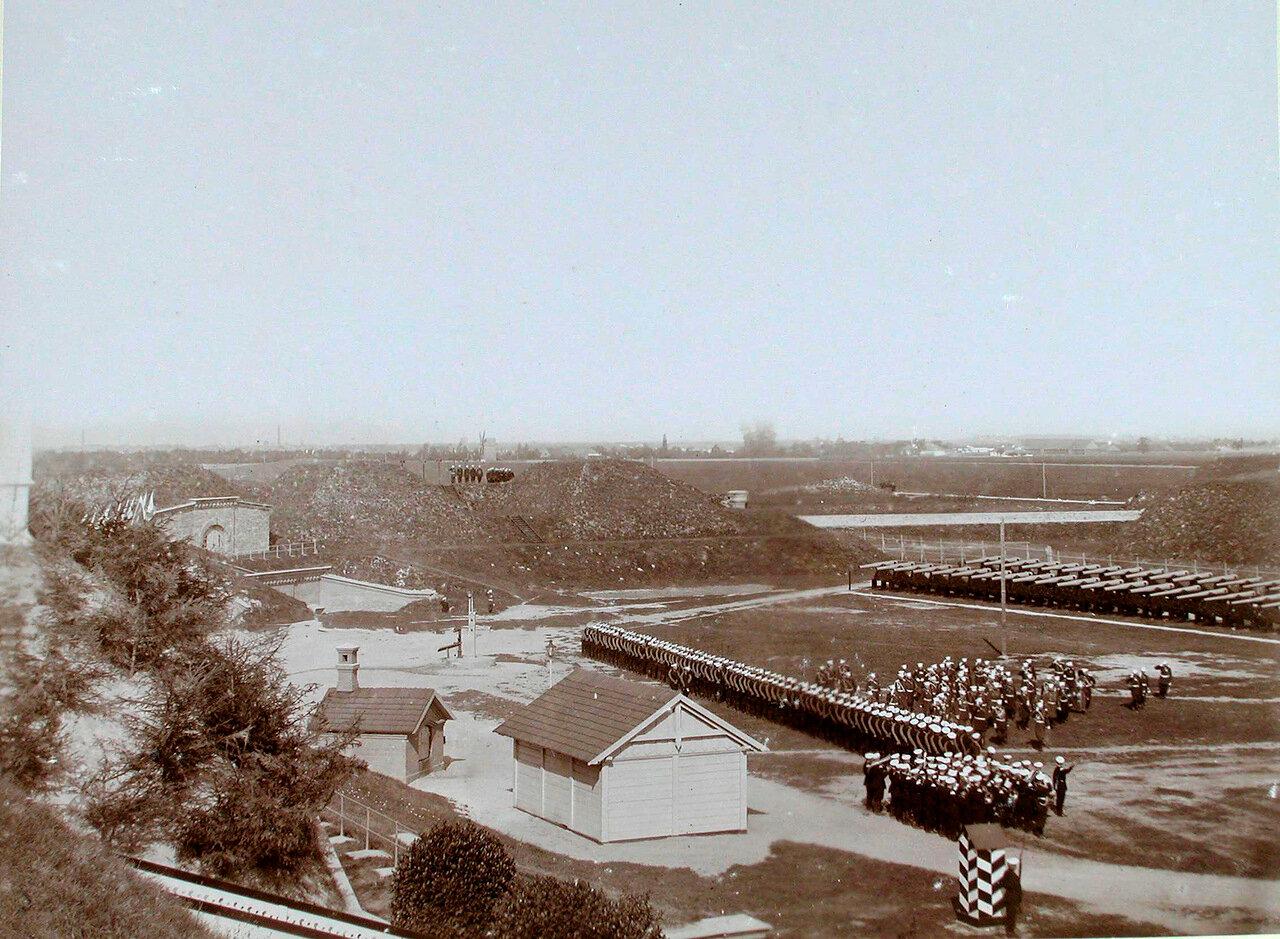 10. Император Николай II и сопровождающие его военные чины обходят строй почетного караула на форту Литеры М.