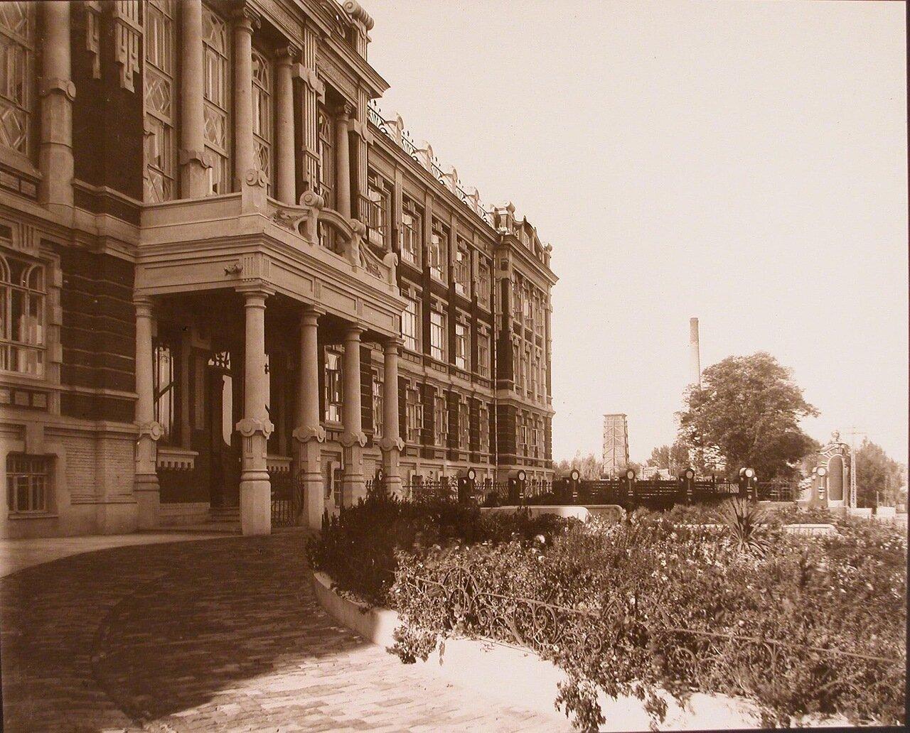 02. Вид части фасада здания института