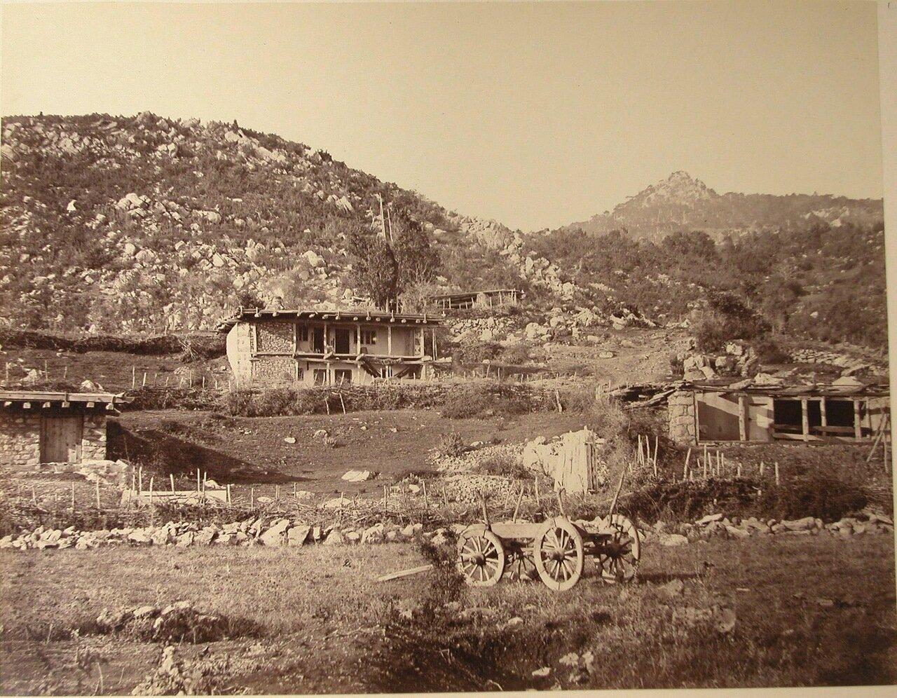 37. Гаспра. Вид жилого дома у подножия горы.