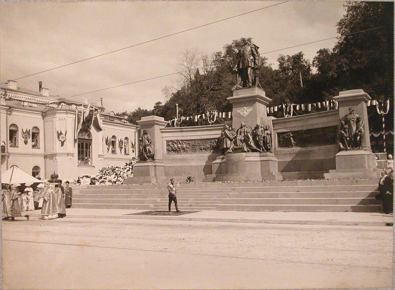 08. Священнослужители и император Николай II у памятника императору Александру II