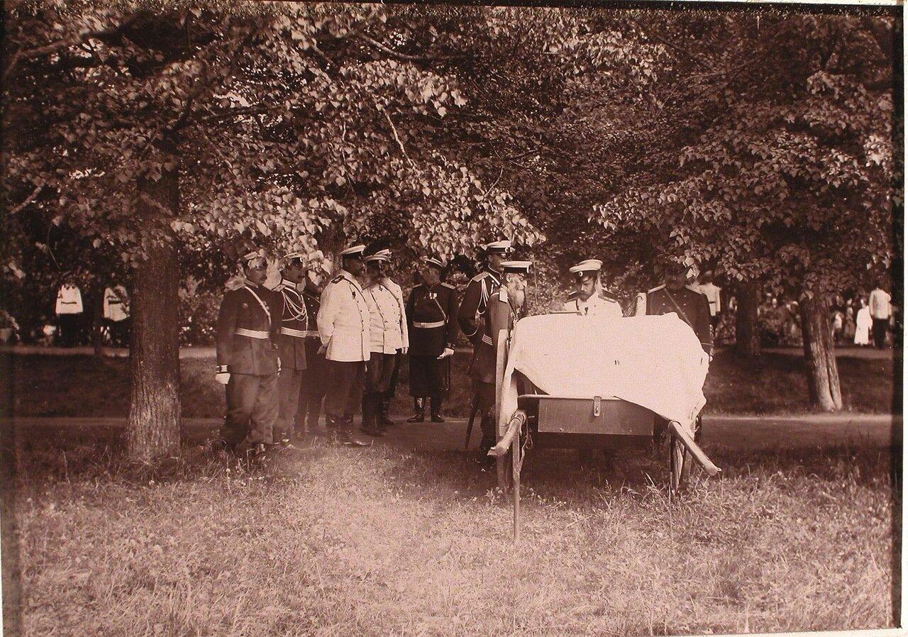 02. Император Николай II и сопровождающие его высшие офицерские чины осматривают двуколку и противопожарный инвентарь на одной из аллей парка