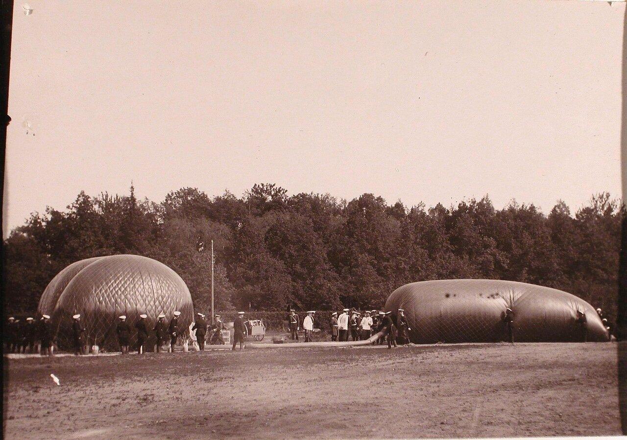 07. Император Николай II и группа офицеров наблюдают за наполнением воздушного шара дирижабля