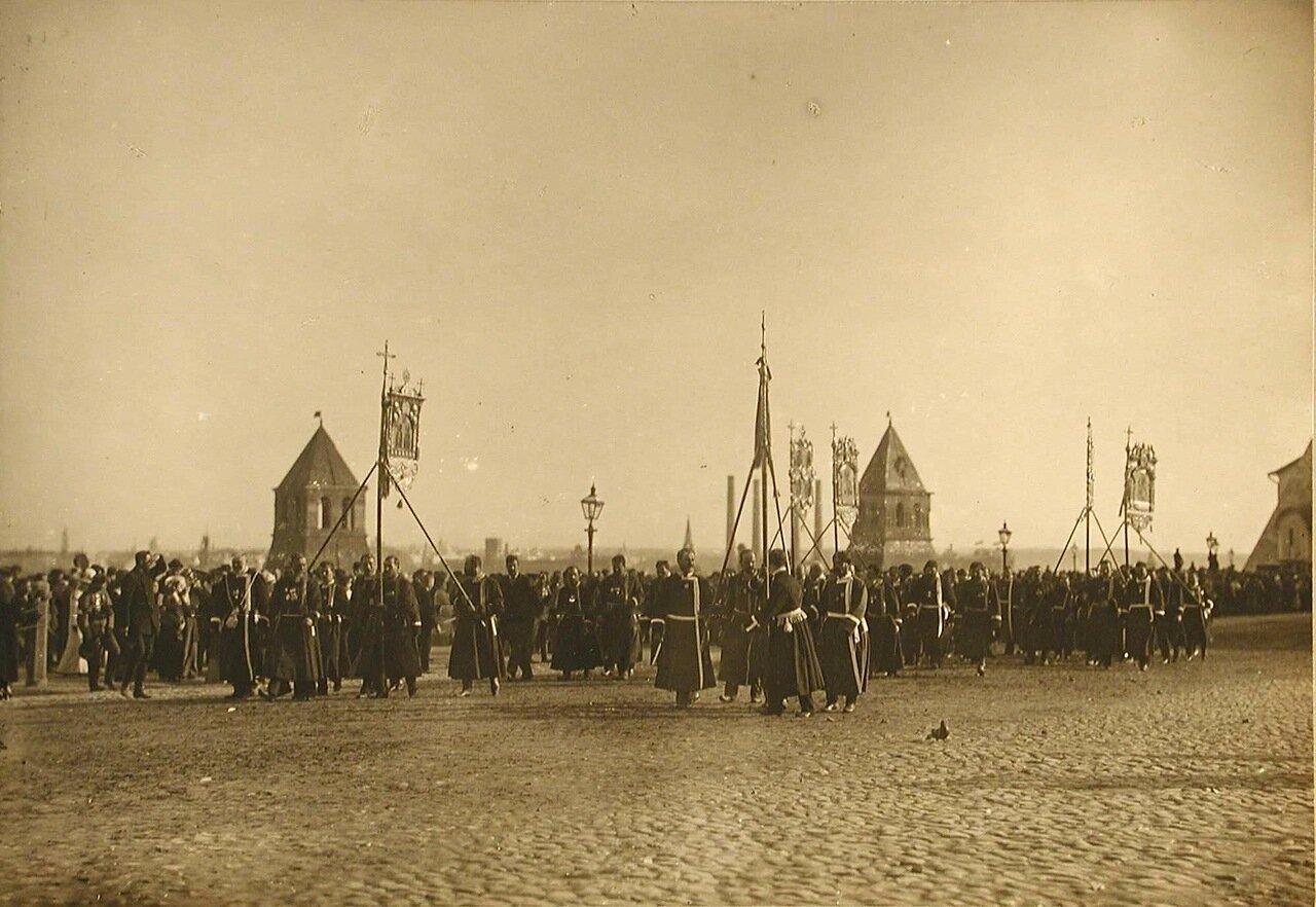 31. Представители земств в ожидании императора у Успенского собора