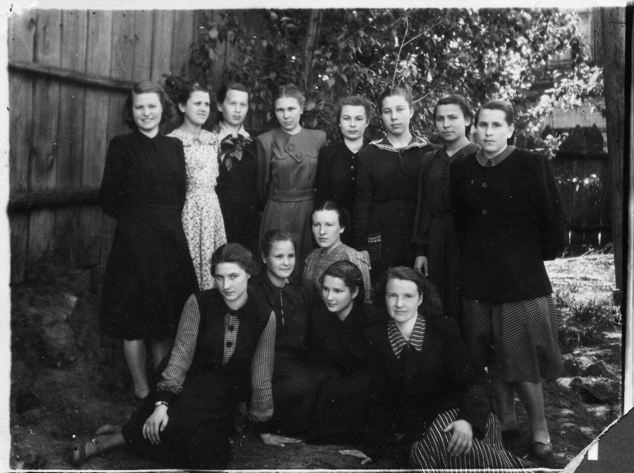 1954. Студентки группы В в институтском садике перед зачётом по математическому анализу. Арзамасский государственный педагогический институт