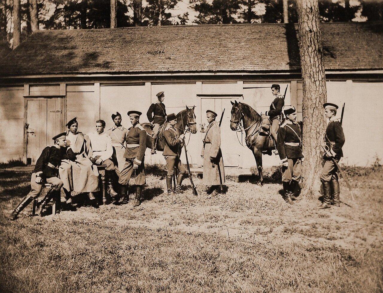 18. Группа юнкеров во время отдыха у казармы