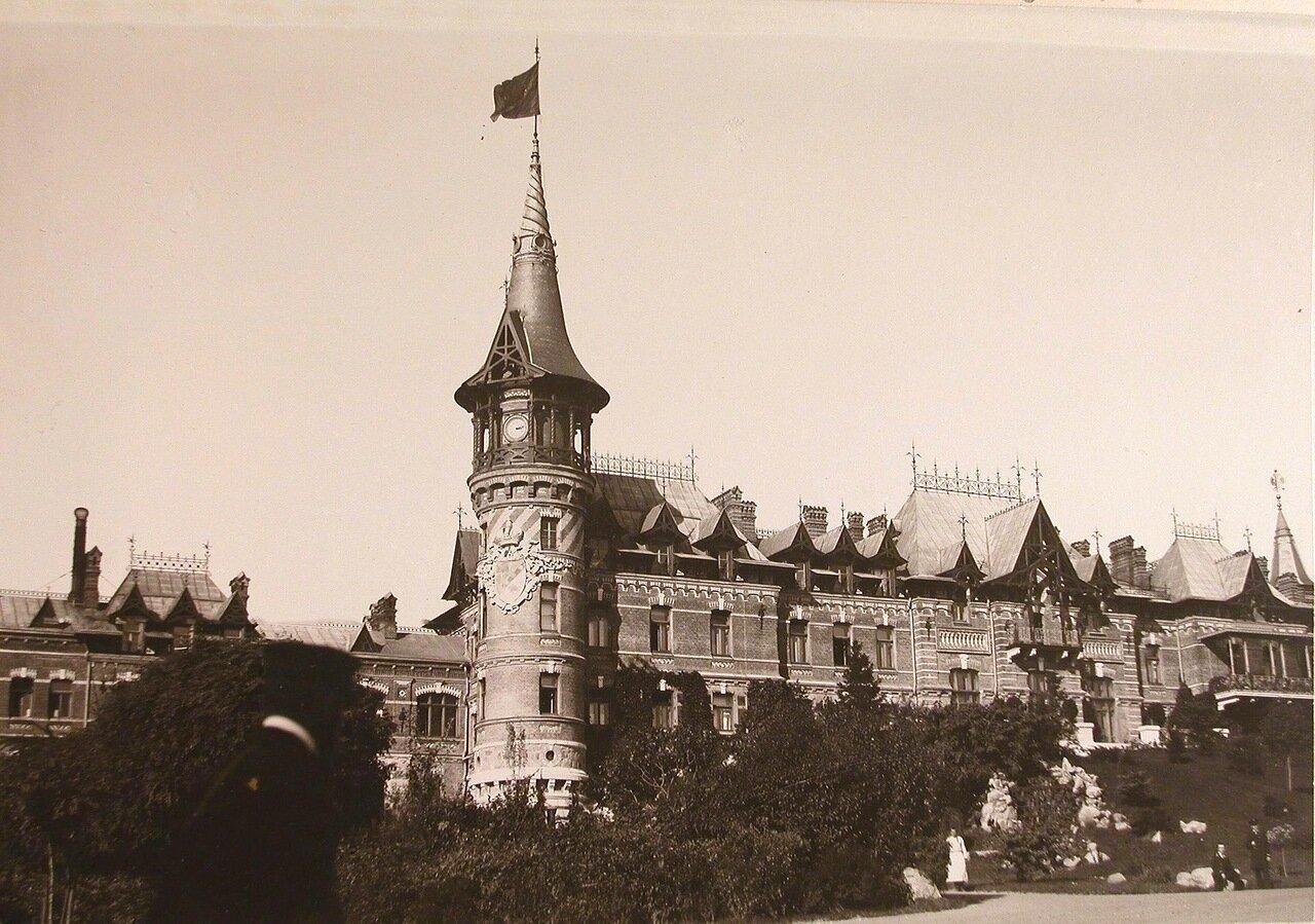 02. Вид части Беловежского дворца (построен в 1894 г. по проекту графа Николая де Рошфорта)