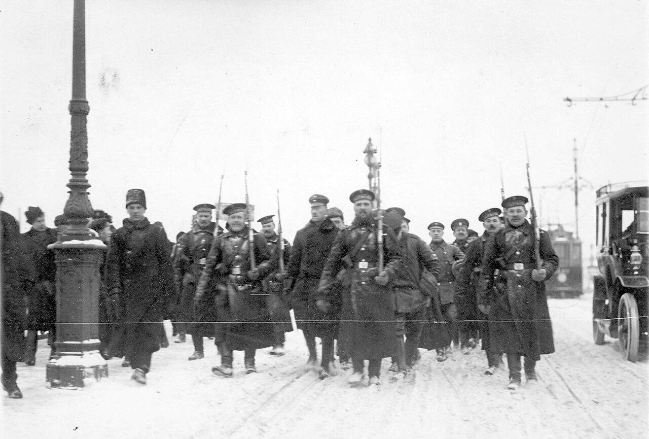 04. Пленные немцы с подбитого в районе Либавы Цеппелина идут под конвоем матросов Балтийского флотского экипажа через Троицкий мост