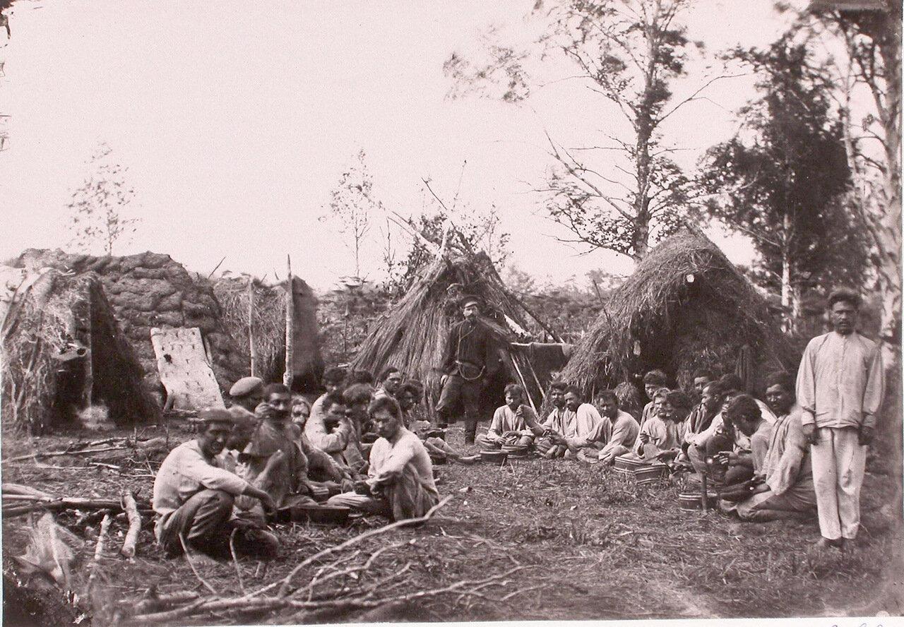 61. Арестанты, занятые на дорожных работах, во время обеда