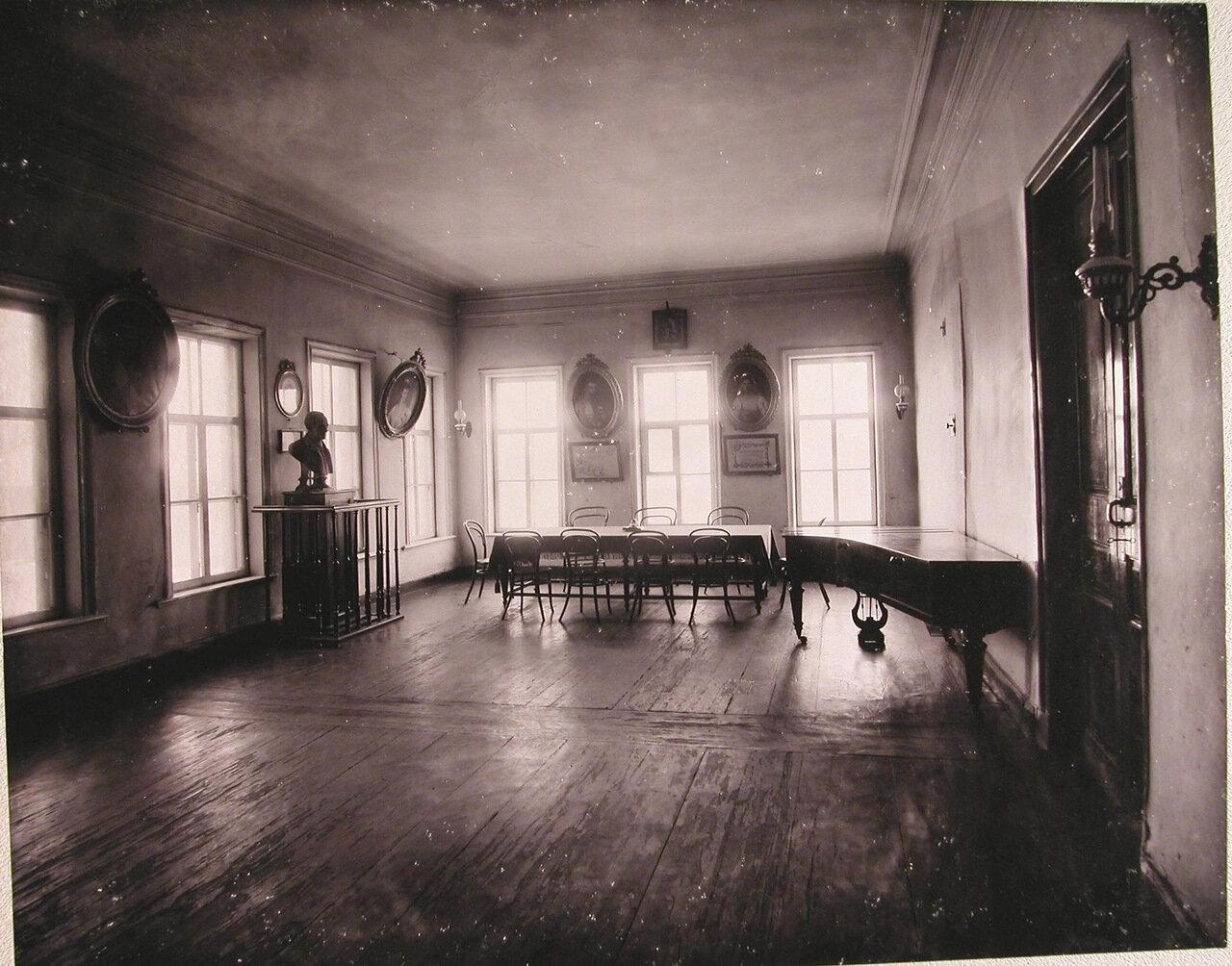 07.  Вид части актового зала училища