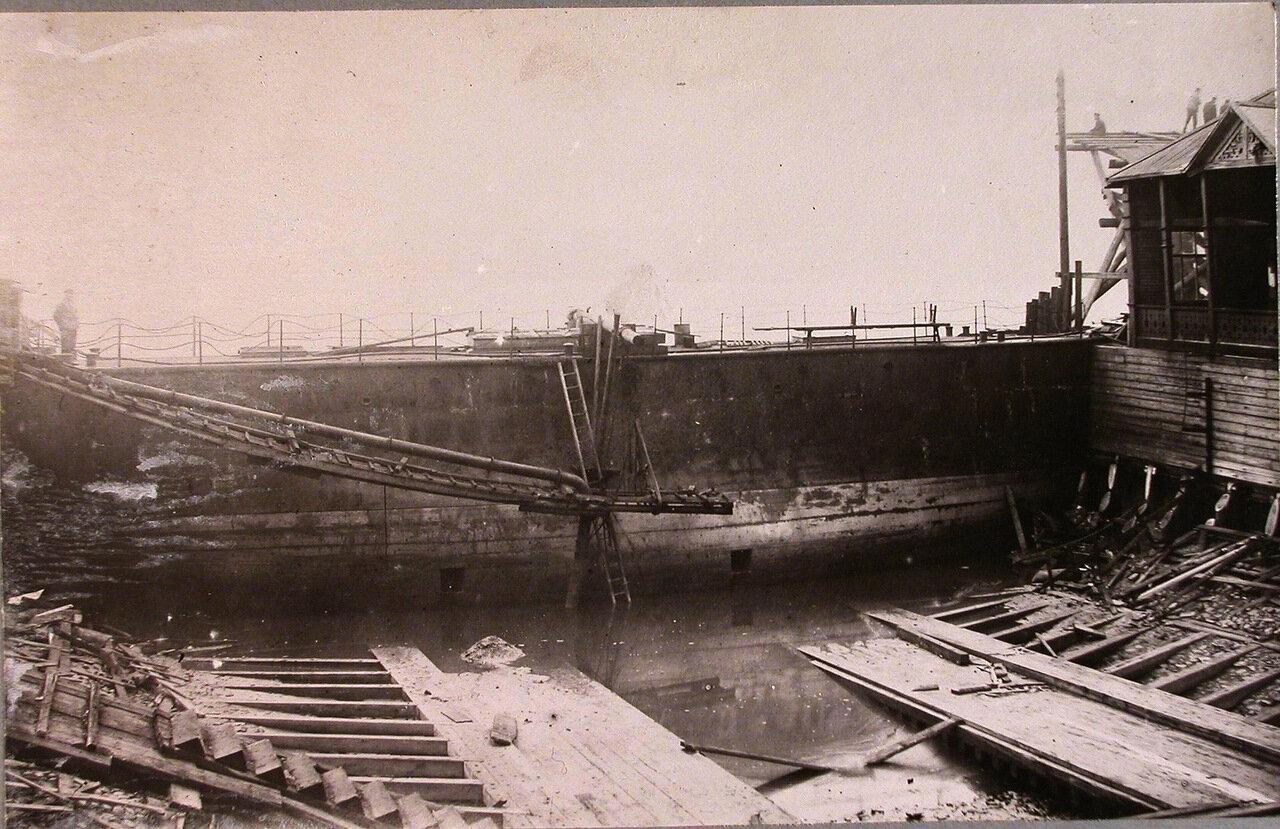36. Батопорт, заведенный между стапельными дамбами во время выкачивания воды для осмотра фундамента стопеля при строительстве линейного корабля «Гангут». 24 сентября 1911 г.