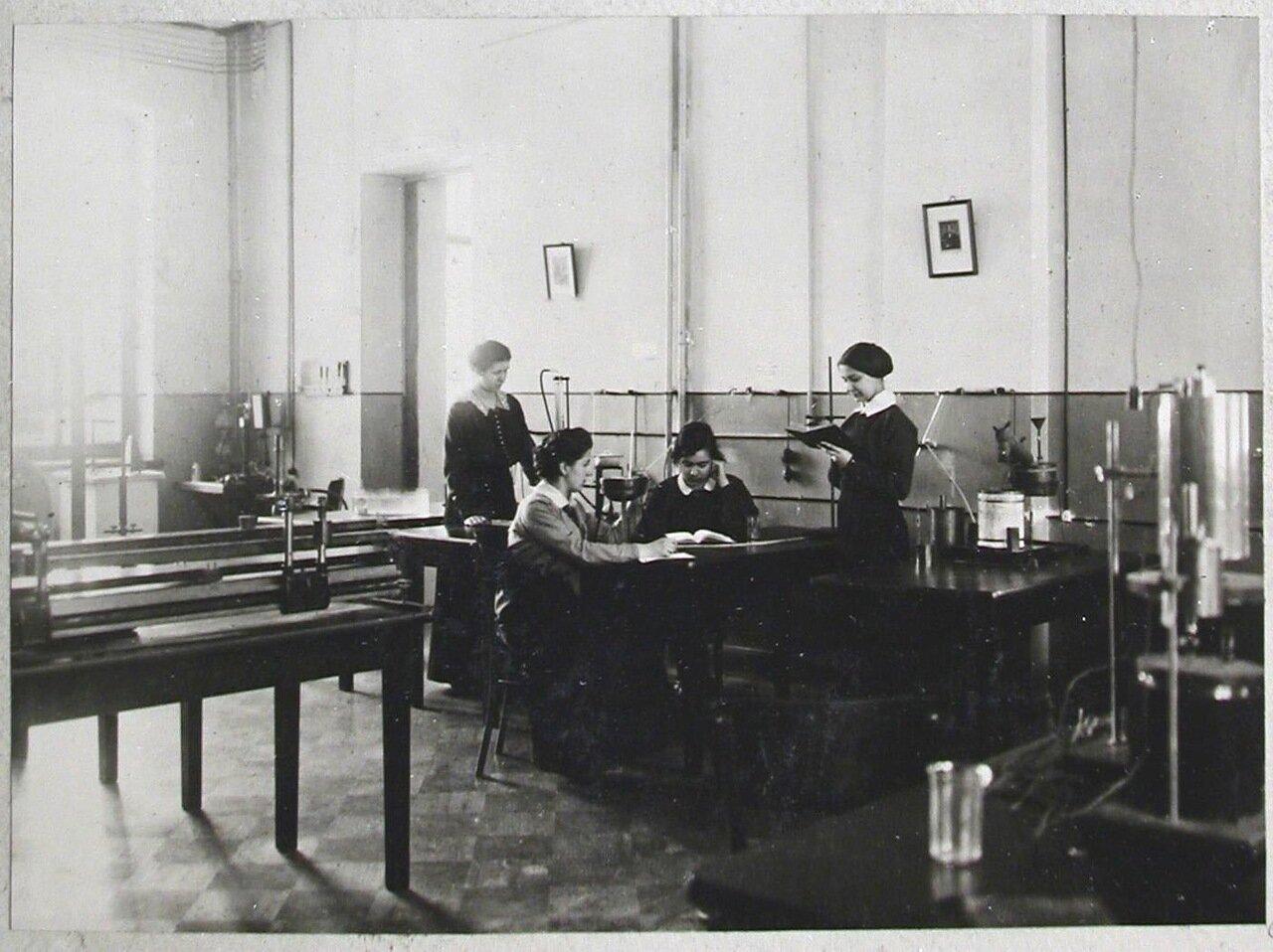 19. Студентки на занятиях в лаборатории