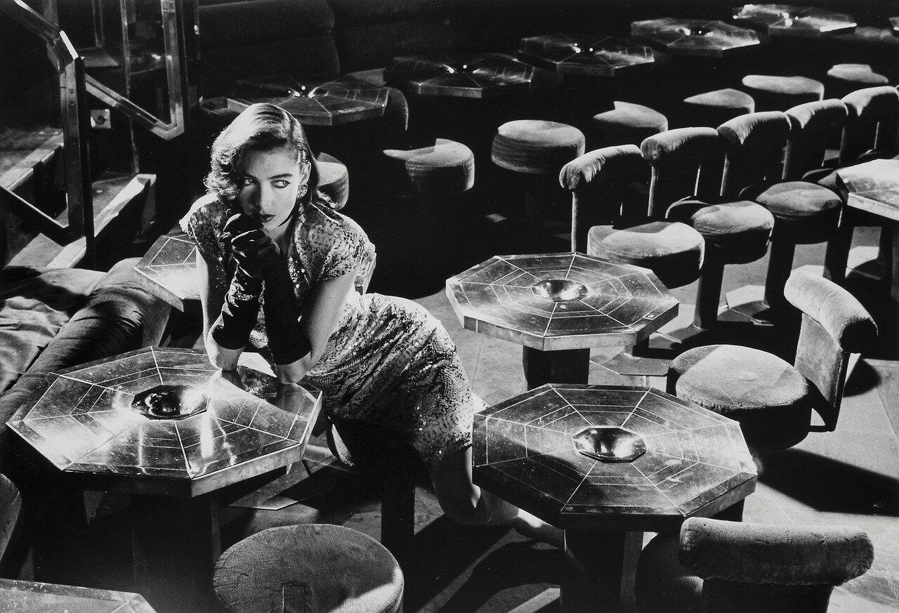 1987. Девушка в баре