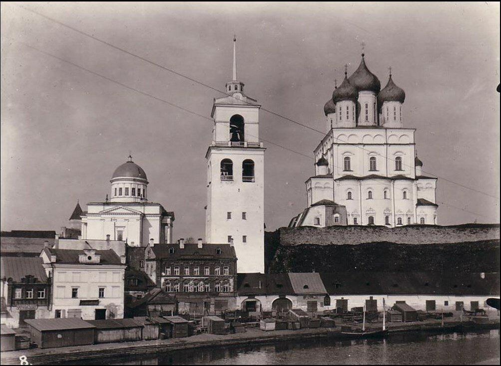 Вид на рыбные ряды, звонницу и храмы псковского кремля. 1918