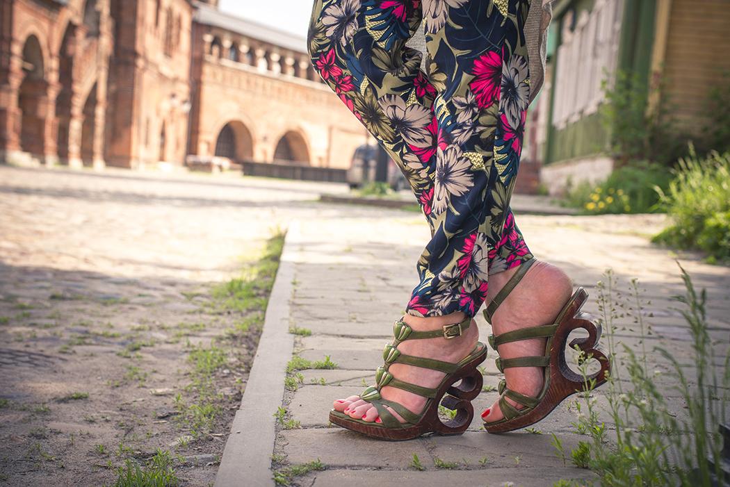 inspiration, streetstyle, spring outfit, moscow fashion week, annamidday, top fashion blogger, top russian fashion blogger, фэшн блогер, русский блогер, известный блогер, топовый блогер, russian bloger, top russian blogger, streetfashion, russian fashion blogger, blogger, fashion, style, fashionista, модный блогер, российский блогер, ТОП блогер, ootd, lookoftheday, look, популярный блогер, российский модный блогер, russian girl, с чем носить мюли, как одеться весной, модные весенние аксессуары, pastel heels, boyfriend jeans, тенденции обувь 2015, модная обувь 2015, что будет модно летом 2015, обувь 2015, mules, boho style, 70's style, boyfriend jeans, мюли, H&M Studio 2015, stefanel summer 2015, aldo, aldo ss 2015, стиль хиппи, с чем носить белую юбку, тельняшка, французский стиль, festival style, white dress with boots, платье с ботинками, сумка с бахромой, одежда с бахромой, вязаное платье, с чем носить белое вязаное платье, fringe, nike air max, Samsonite, my Samsonite, stuart Weitzman, с чем носить макси платье, бежевое макси платье, beige dress, fringe heels, fringe bag, обувные тренды 2015, модная обувь 2015
