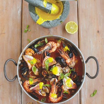 Тушеную рыбу и морепродукты подать с вином