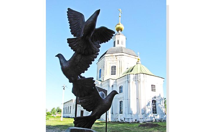 Памятник с голубями в Вязьме