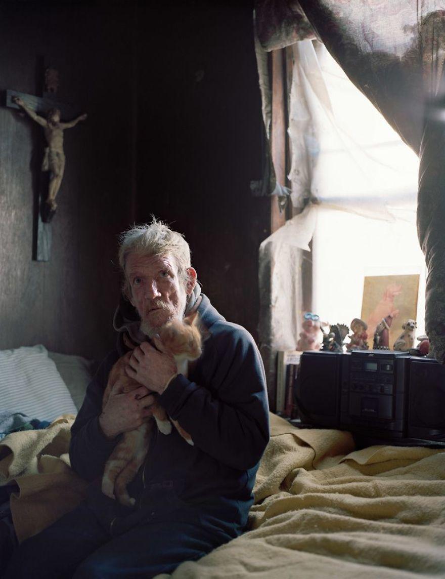 Эл живет в доме без электричества и водопровода. Иногда он сдает комнату наверху местным проститутка