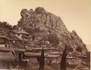 Вид жилых домов на скале у подножья горы. Гурзуф.
