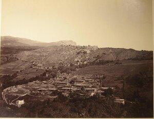 Вид жилых домов в ущелье вблизи деревни Кучук-Ламбат.