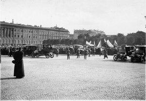 Манифестанты проходят по Дворцовой площади.