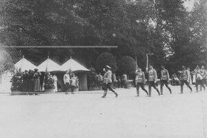 Император Николай II и цесаревич Алексей принимают парад полка в день полкового праздника.