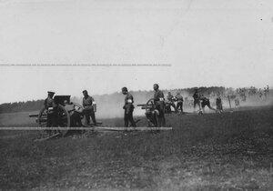 Юнкера-артиллеристы в момент учебной стрельбы.
