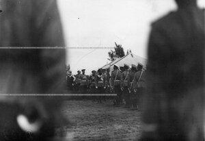 Император Николай II  поздравляет вольноопределяющихся гвардейских частей  произведенных в офицеры.