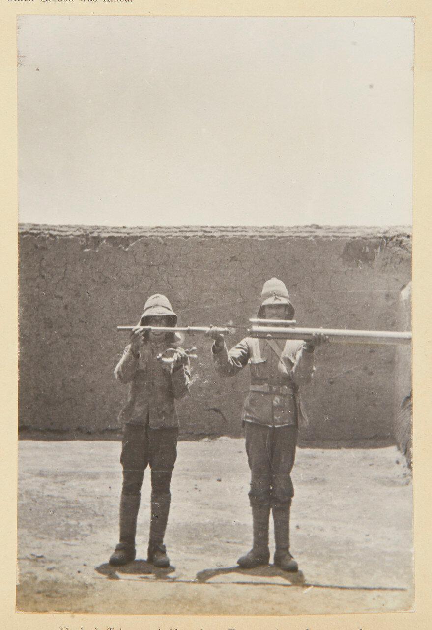 Хартум. Подзорную трубу Гордона держит кавалерист 21-го уланского полка и рядовой Джордж Барнфилд, Гренадерский гвардейский полк