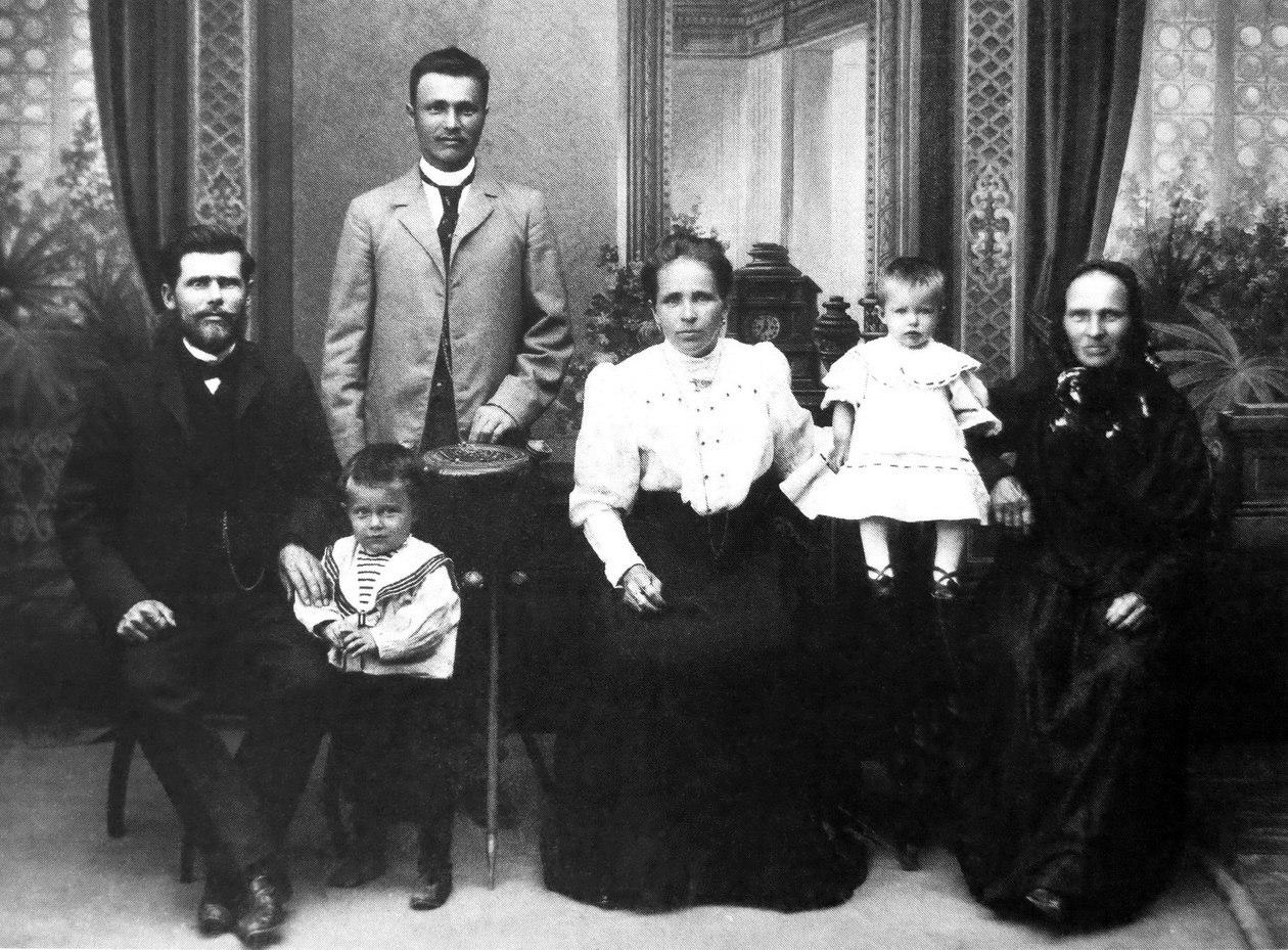 Семья торговца и владельца кинотеатра Луна Кузьмы Кононовича Лезьева. 1910