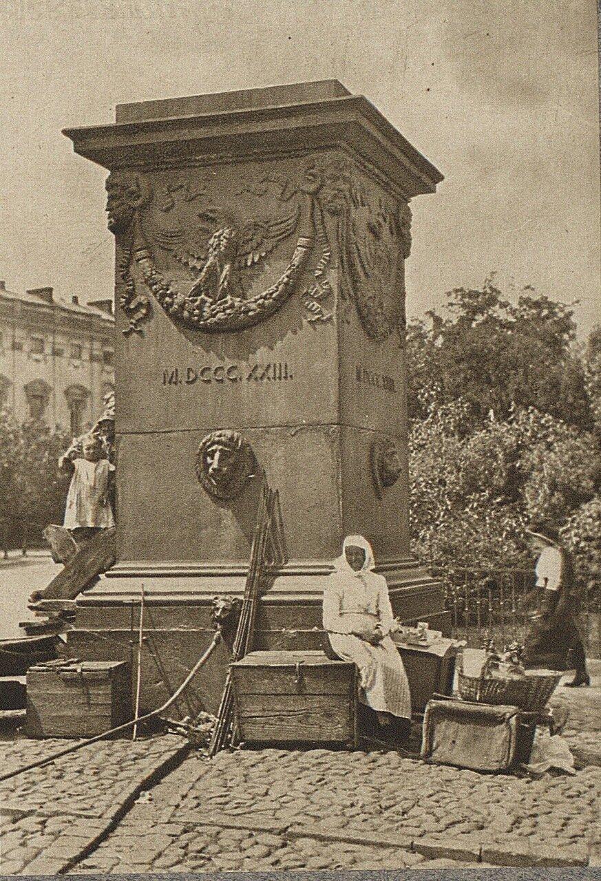 Варшава. Постамент на площади Красинских