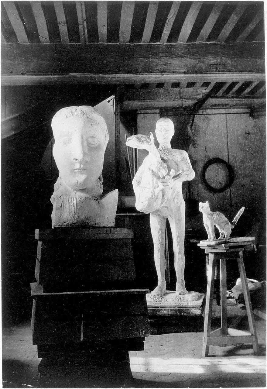 1945. Пабло Пикассо «Голова женщины (Дора Маар) (1941), «Человек с овцой» (1943) и «Крадущийся кот» (1943) в его студии на улице Августинцев