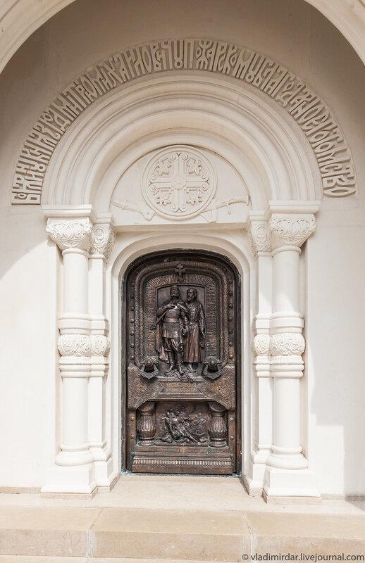 Литые двери Мавзолея Дмитрия Пожарского в Спасо-Евфимиевом монастыре в Суздале