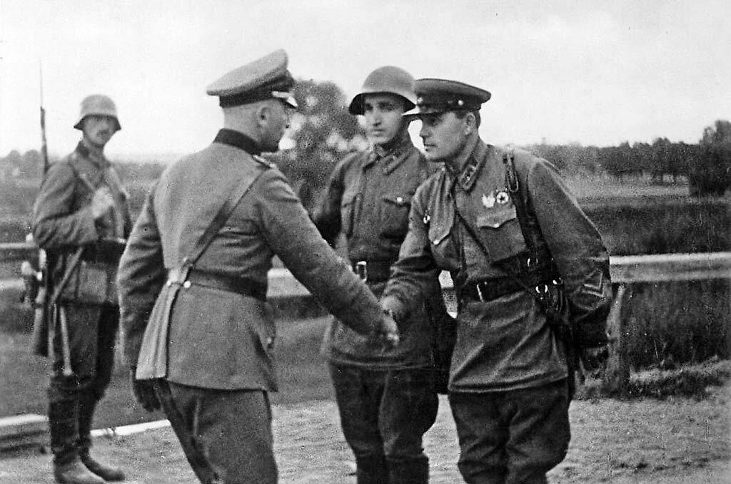 Русские и Прусские. 20 сентября 1939 года. Германский и Советский офицеры встретились на линии демаркации определённой пактом Молотова-Риббентропа