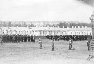 Командующий парадом дает команду к началу марша.